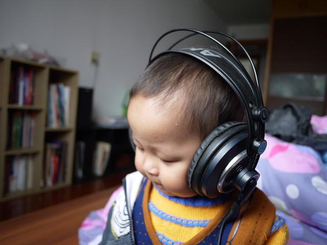malé dítě se sluchátky