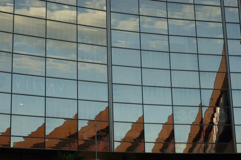 presklená stena budovy.jpg