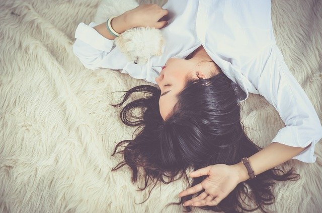 Dievča pri spánku.jpg