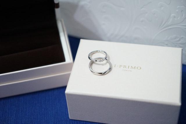 Strieborné prstene položené na bielej krabičke.jpg
