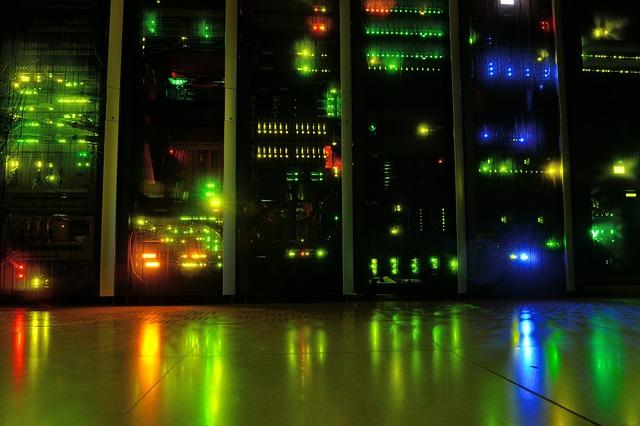 Osvetlená budova v noci, farebné LED svetlá.jpg