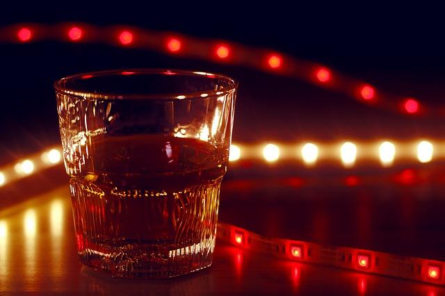 Pohárik s alkoholom, svietiaci LED pás.jpg