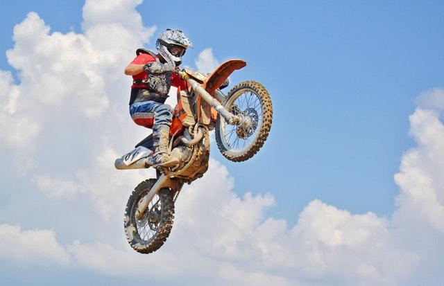 skok na motorke