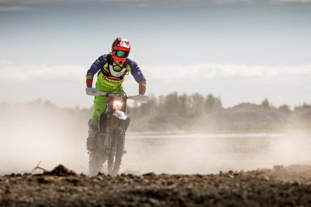 motorkár v zelenom úbore